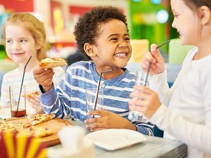 niños en la mesa